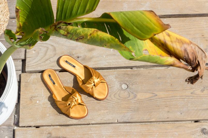 Le Fashionaire The coolest Beach Club bow dark yellow zara satin slides banana tree leaves 5139 EN 805x537