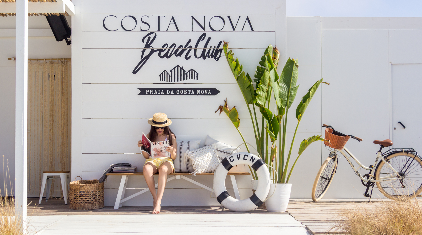 Le Fashionaire O Beach Club imperdível deste verão chapeu palha bege fita preta stradivarius folhas bananeira bicicleta 5072F PT