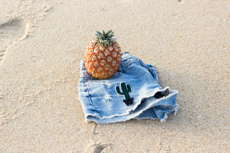 Le Fashionaire What to wear to the beach: bikini or swimsuits? denim shorts patches cactus green watermelon red bershka beach sand brown pineapple azores 3004 EN 805x537