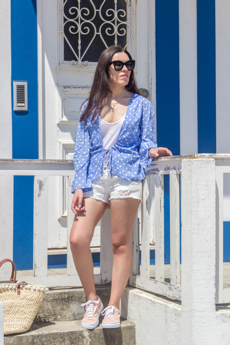 Le Fashionaire Is it easier to be a blogger? dots blue mango white shirt white zara tank top crochet white denim stradivarius shorts pale pink gold dots suede vans 5338 EN 805x1208