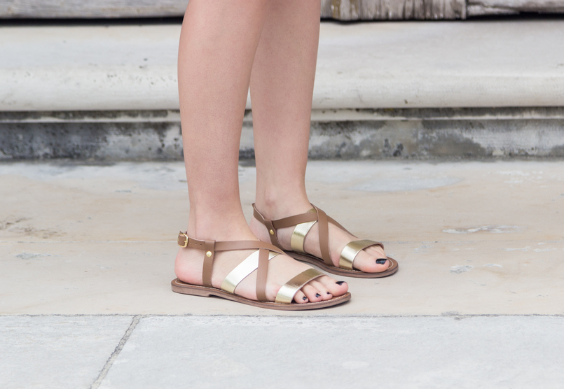 Le Fashionaire How to find the perfect summer dress fashion inspiration flats sandals leather gold brown womens secret 3780 EN 805x556
