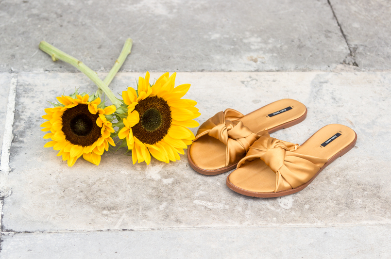 Le Fashionaire I wear my mum's clothes, and so what? fashion inspiration yellow sunflowers yellow satin zara slides 4892 EN 805x534