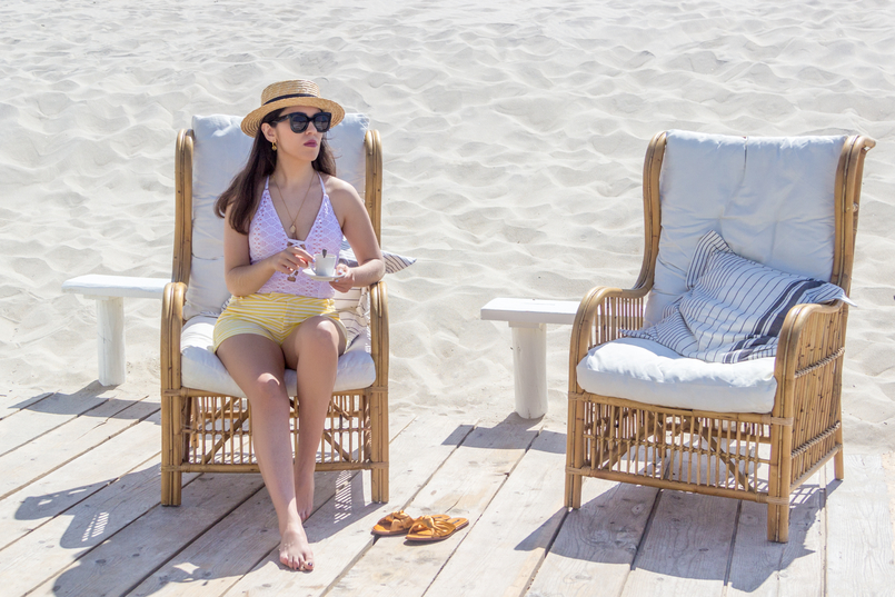 Le Fashionaire O Beach Club imperdível deste verão fato banho branco crochet atilos oysho calcoes brancos riscas amarelas chinelos laco cetim amarelo torrado zara praia 5171 PT 805x537