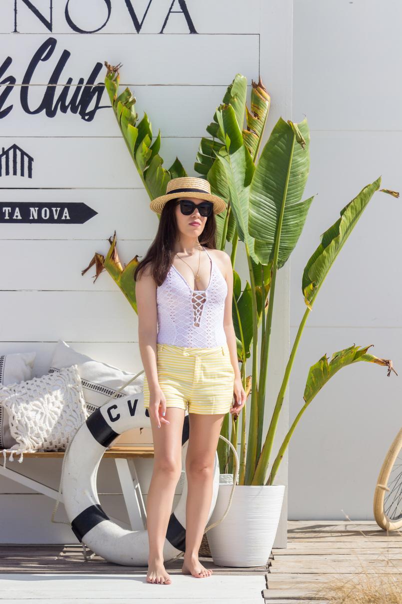 Le Fashionaire O Beach Club imperdível deste verão fato banho branco crochet atilos oysho chapeu palha bege fita preta stradivarius calcoes brancos riscas amarelas folhas bananeira 5053 PT 805x1208