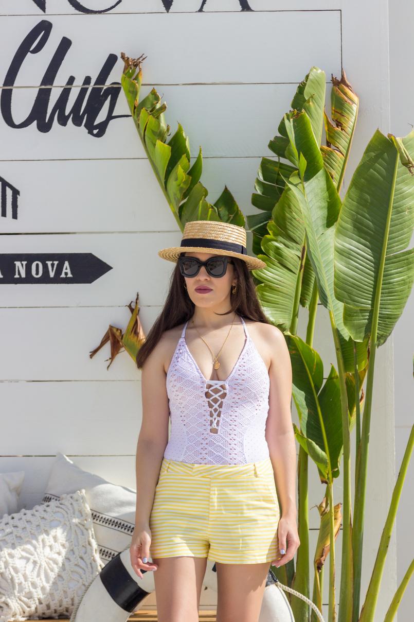 Le Fashionaire O Beach Club imperdível deste verão fato banho branco crochet atilos oysho chapeu palha bege fita preta stradivarius calcoes brancos riscas amarelas folhas bananeira 5058 PT 805x1208
