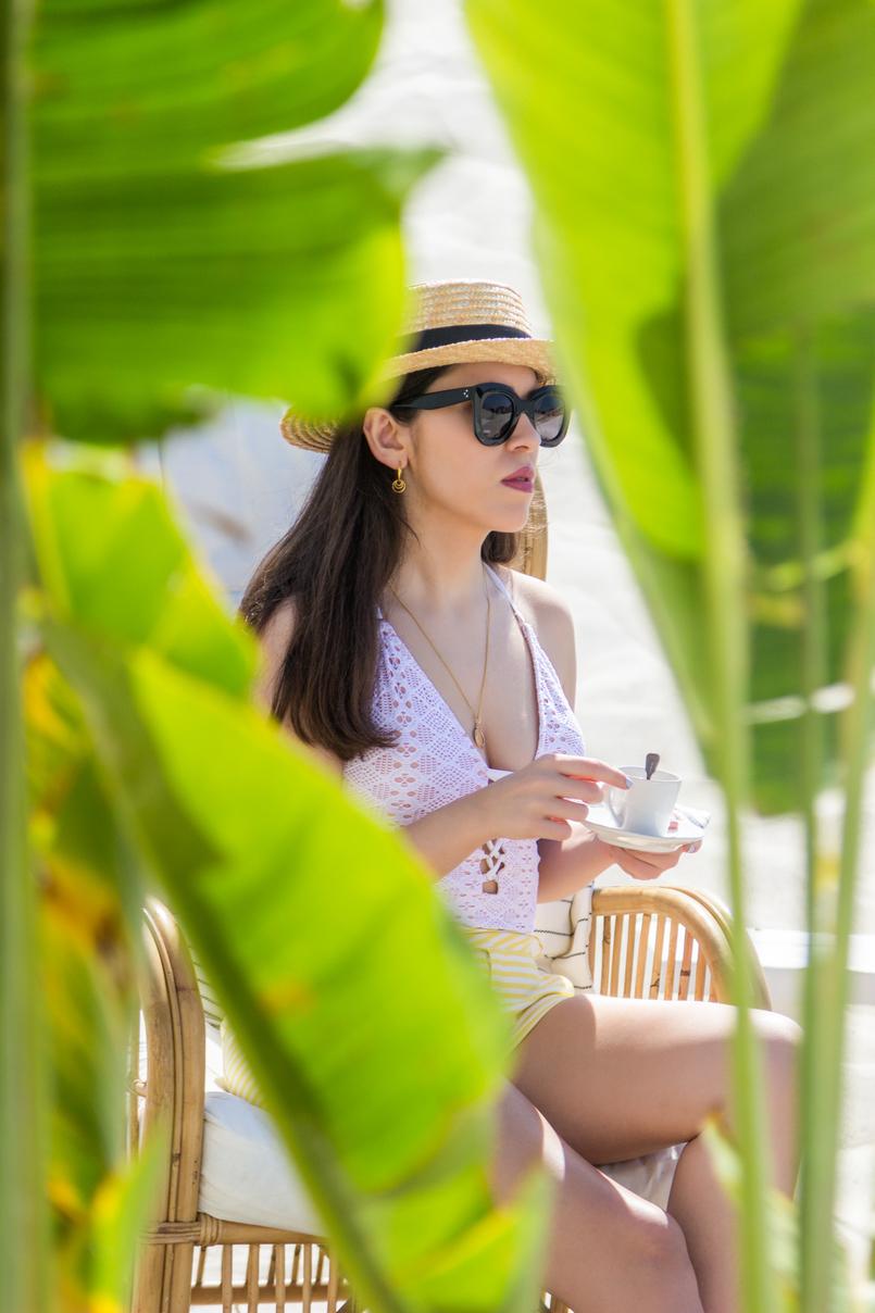 Le Fashionaire O Beach Club imperdível deste verão fato banho branco crochet atilos oysho chapeu palha bege fita preta stradivarius calcoes brancos riscas amarelas folhas bananeira 5181 PT 805x1208