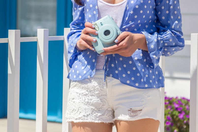 Le Fashionaire Is it easier to be a blogger? fujifilm instax dots blue mango white shirt white zara tank top crochet white denim stradivarius shorts 5268 EN 805x537