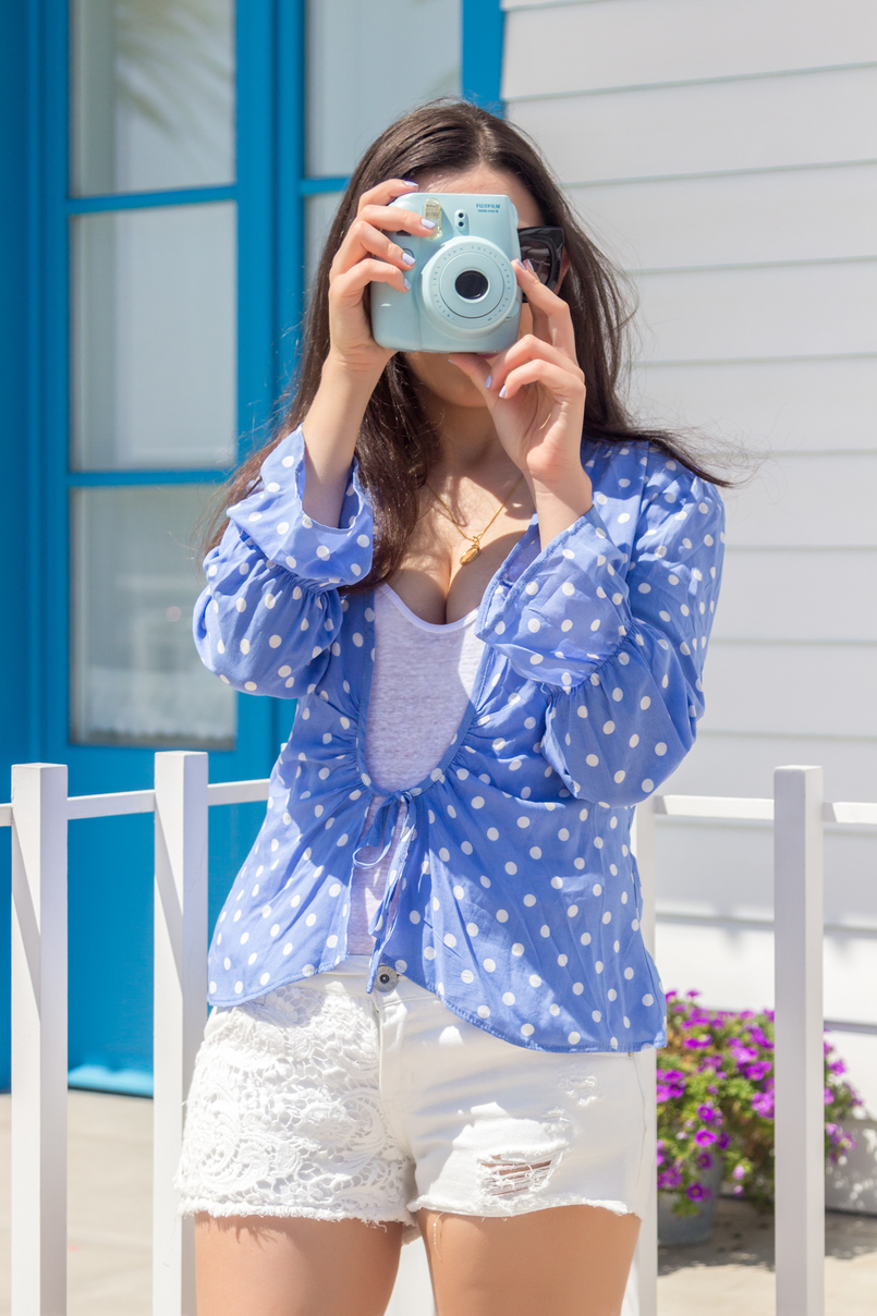 Le Fashionaire Is it easier to be a blogger? fujifilm instax dots blue mango white shirt white zara tank top crochet white denim stradivarius shorts 5275 EN 805x1208