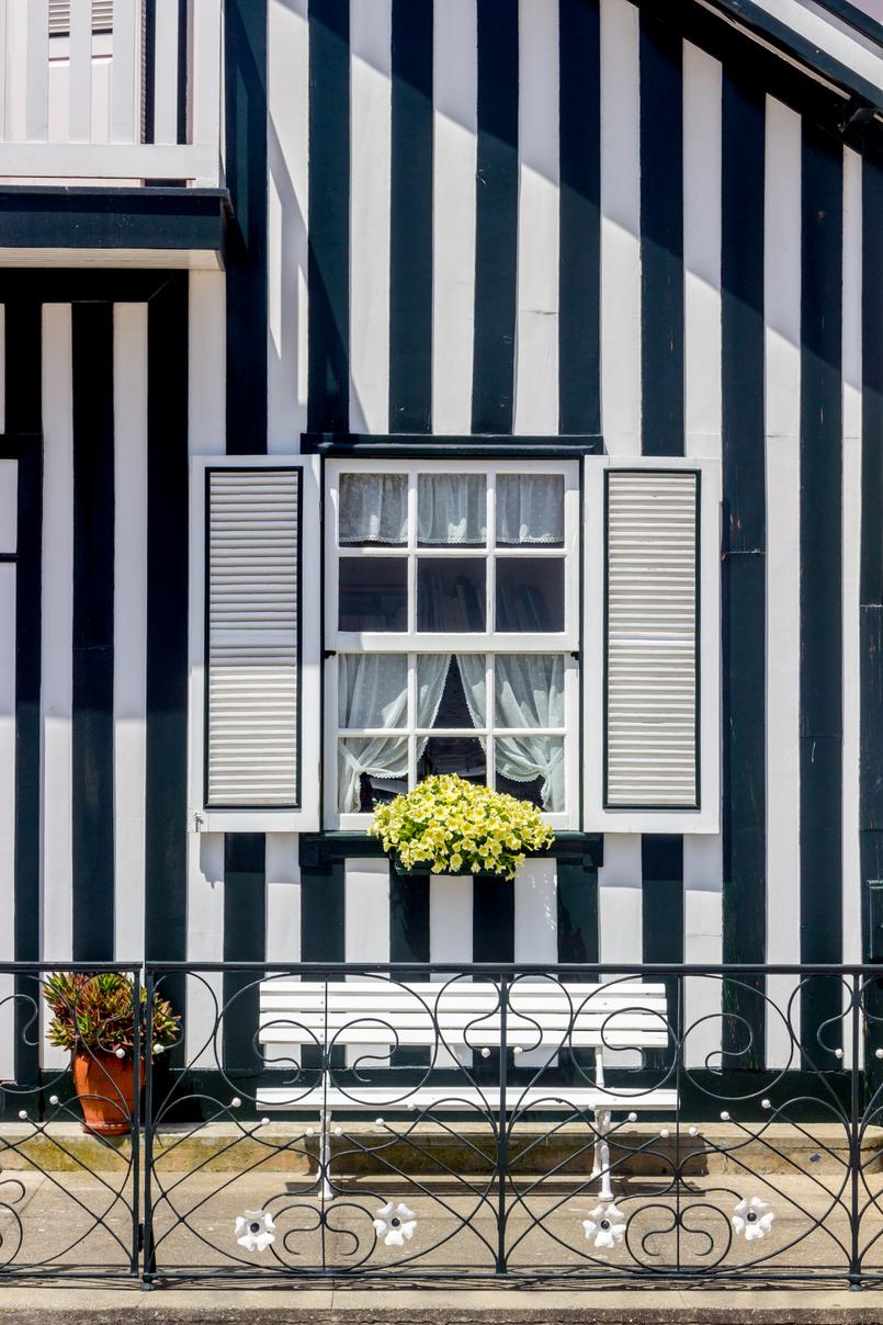 Le Fashionaire É fácil ser blogger? janela preta casa colorida riscas vagueira aveiro 5290 PT 805x1208