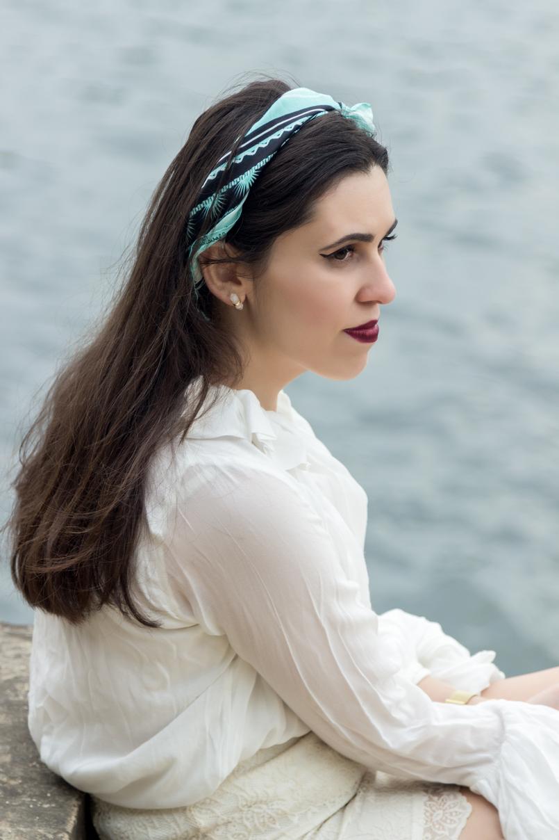Le Fashionaire Como usar lenços no verão lenco azul estampado seda just cavalli camisa branca folhos manga gola zara 3863 PT 805x1208
