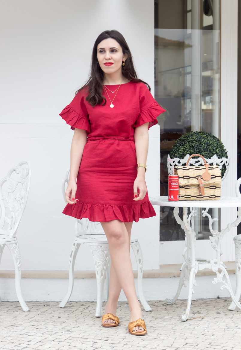 Le Fashionaire Why is everybody wearing this red dress? linen red mango ruffles dress mango straw bag toino abel nude black brown leather dark yellow bow satin zara slides white chairs table coffee shop 4518 EN 805x1169
