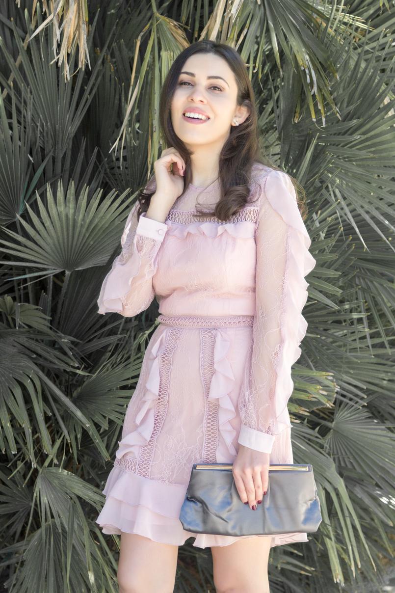 Le Fashionaire Ir a um casamento sem usar saltos: sim ou não? moda inspiracao vestido rosa velho rendas folhos asos clutch cinzento cetim parfois 4070 PT 805x1208