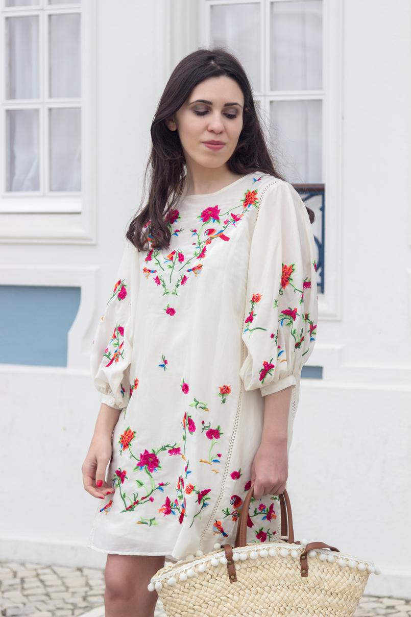 Le Fashionaire Por que é que gostamos tanto da Zara? moda inspiracao vestido seda branco zasra bordado passaros rosa tropical flores cesta verga palha primark alcas castanhas 4402 PT 805x1208