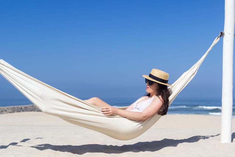 Le Fashionaire The coolest Beach Club net white crochet eyelets oysho swimsuit straw stradivarius black ribbon hat beach 5142 EN 805x537