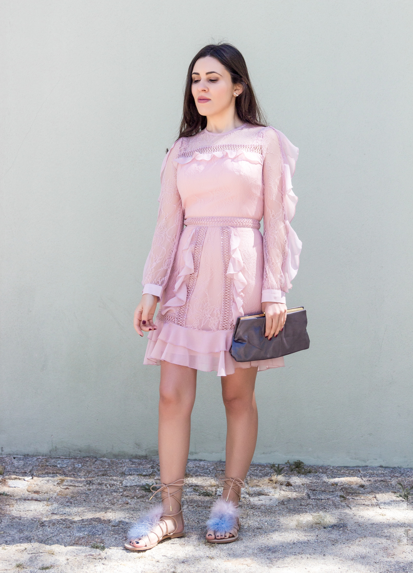 Le Fashionaire Going to a wedding wearing no heels: yay or nay? old pink ruffles lace asos dress pale.blue pink feathers nude leather zara flats sandals grey clutch satin parfois 4101 EN 805x1118