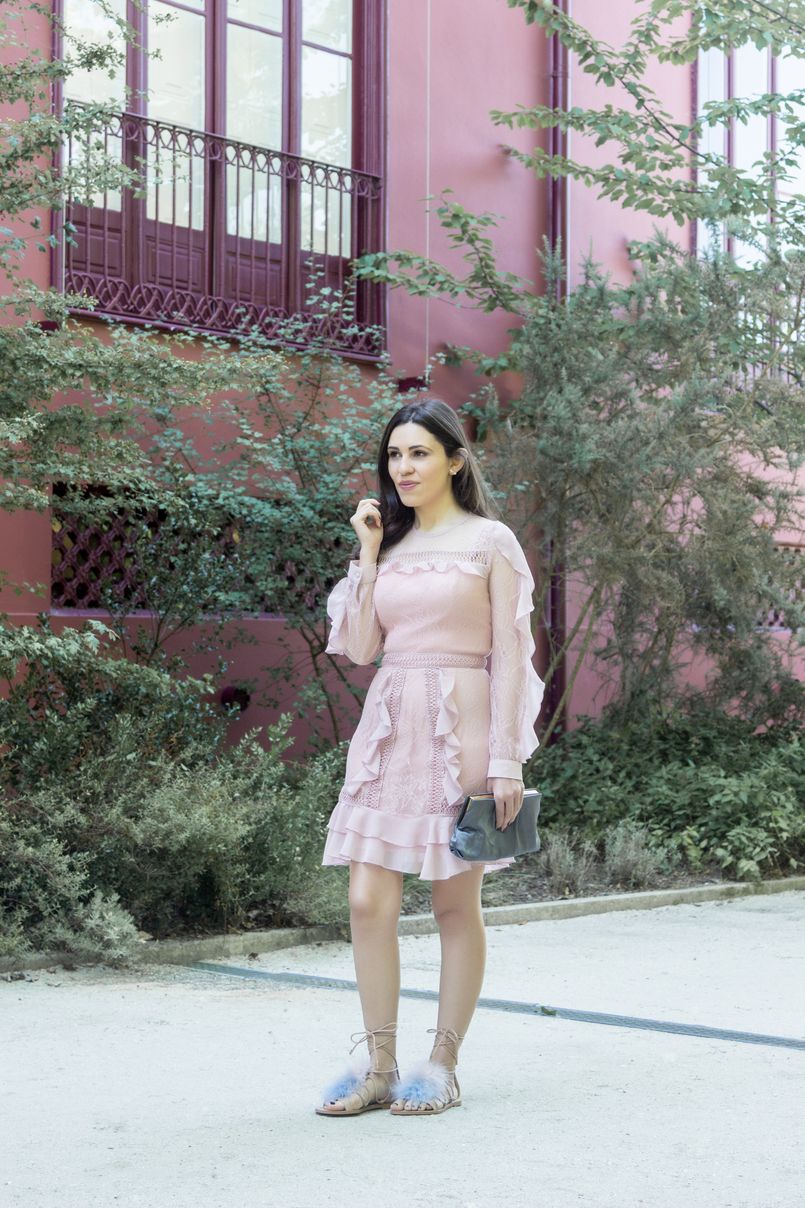 Le Fashionaire Going to a wedding wearing no heels: yay or nay? old pink ruffles lace asos dress pale.blue pink feathers nude leather zara flats sandals grey clutch satin parfois quartzo white hm earrings 4023 EN 805x1208
