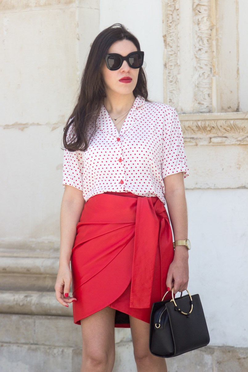 Le Fashionaire How to wear the polka dots trend in an unique way red leather uterque bow skirt white red polka dots vintage shirt black bag gold hoop black marta celine sunglasses 4898 EN 805x1208