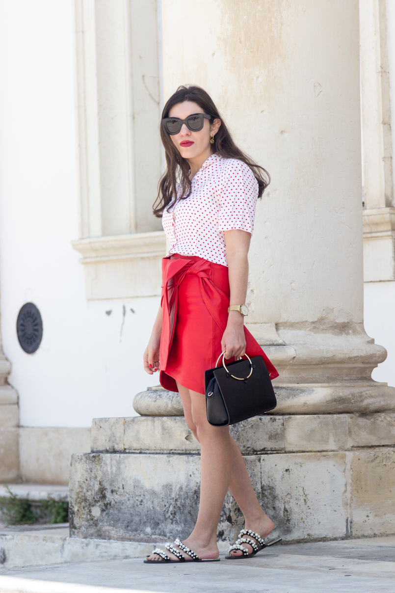 Le Fashionaire How to wear the polka dots trend in an unique way red leather uterque bow skirt white red polka dots vintage shirt black bag gold hoop cinco gold hoop earrings 4942 EN 805x1208