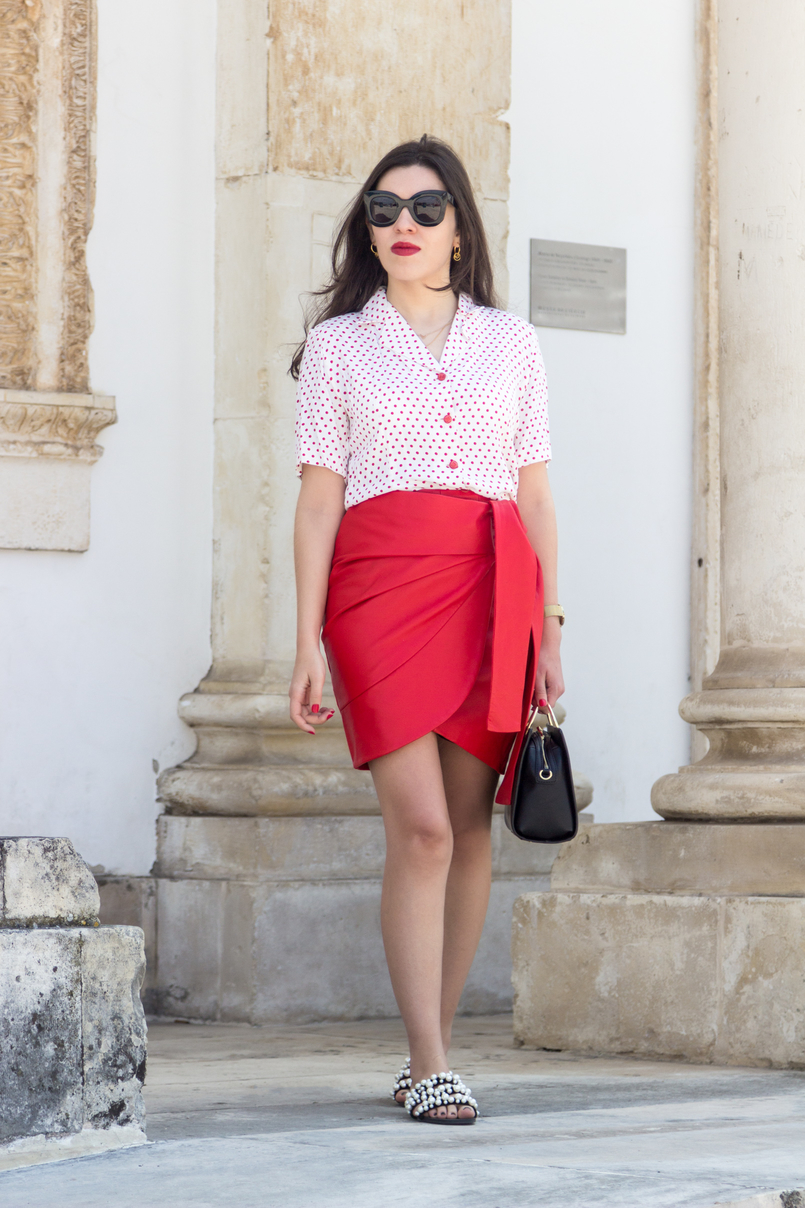 Le Fashionaire How to wear the polka dots trend in an unique way red leather uterque bow skirt white red polka dots vintage shirt white pearls black zara slides black bag gold hoop 4897 EN 805x1208