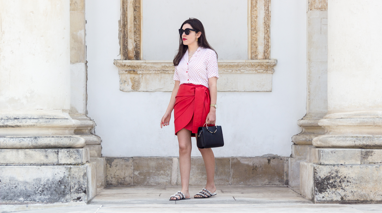 Le Fashionaire How to wear the polka dots trend in an unique way red leather uterque bow skirt white red polka dots vintage shirt white pearls black zara slides black bag gold hoop 4905F EN