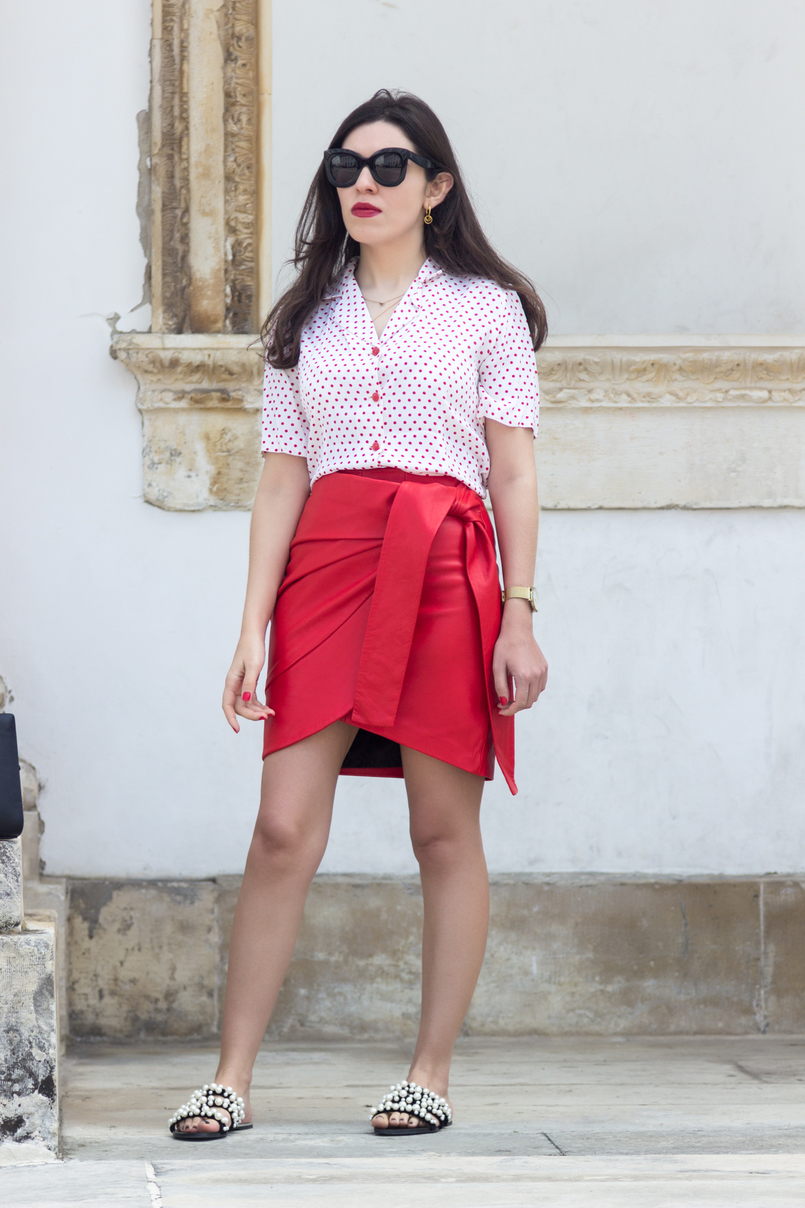 Le Fashionaire How to wear the polka dots trend in an unique way red leather uterque bow skirt white red polka dots vintage shirt white pearls black zara slides cinco gold hoop earrings 4914 EN 805x1208