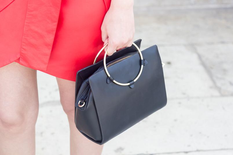 Le Fashionaire Como usar a tendência das bolinhas de forma original saia vermelha pele laco uterque mala zara preta argola dourada 4931 PT 805x537