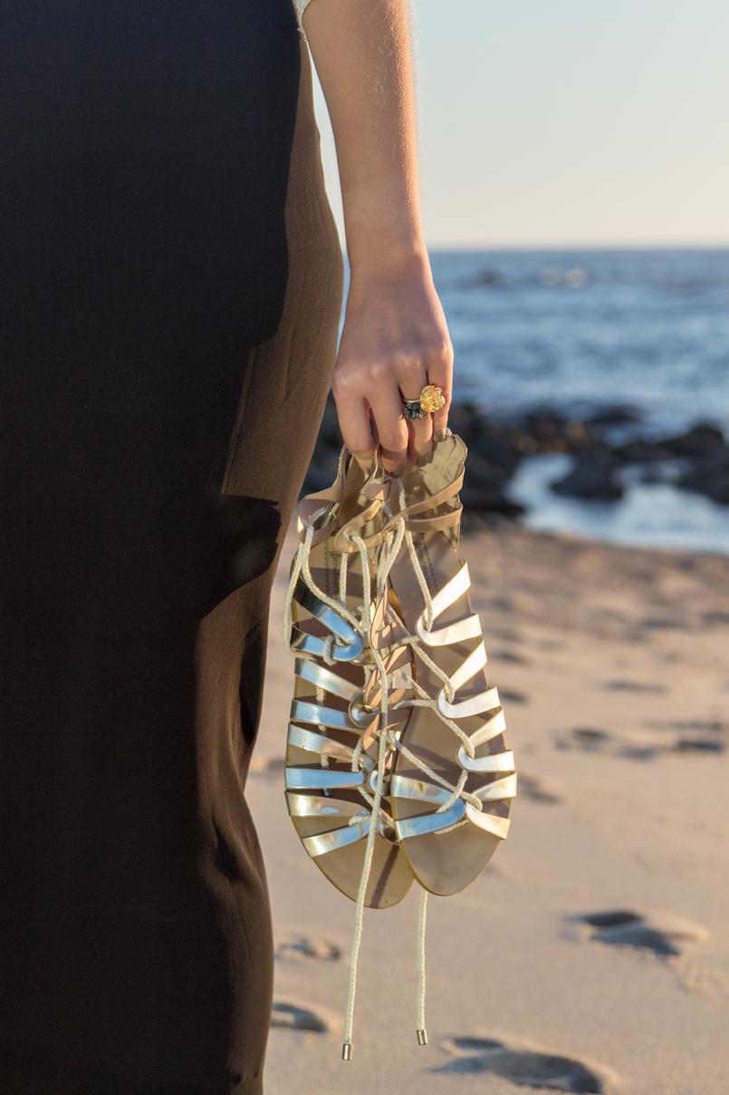 Le Fashionaire Como encontrar o nosso lugar no mundo sandalias douradas vestido preto comprido renda zara praia sol mar 5016 PT 805x1208