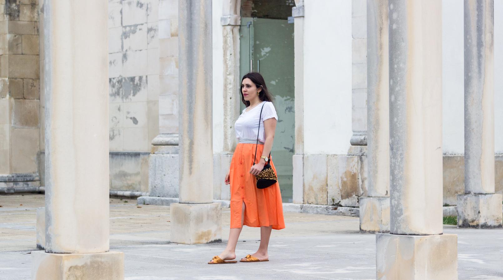 Le Fashionaire Onde comprar roupa vintage? tee branca algodao organico mango saia laranja midi botoes vintage chinelos amarelos laco cetim zara 4706F PT