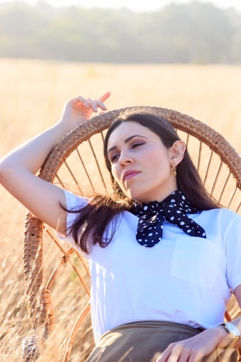 Le Fashionaire Where to shop for the perfect white t shirt? tee white camlo organic cotton rocking chair straw bamboo brown black white polka dots zara scarf earrings gold cinco hoops harvest 6510 EN 805x1208
