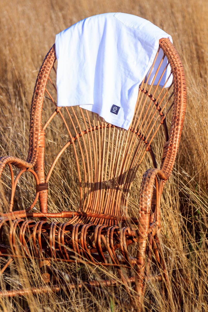 Le Fashionaire Onde encontrar a t shirt branca perfeita? tshirt branca camlo algodao organico cadeira baloico bamboo verga castanho seara bege 6604 PT 805x1208
