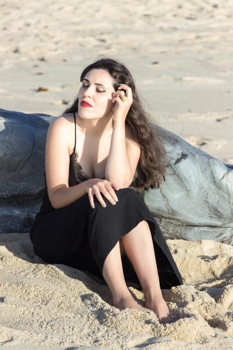 Le Fashionaire Como encontrar o nosso lugar no mundo vestido preto comprido renda zara batom vermelho praia sol 4888 PT 805x1208