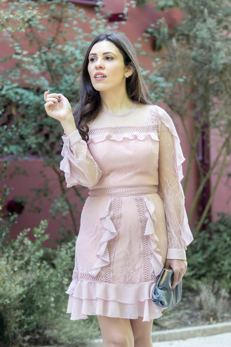 Le Fashionaire Ir a um casamento sem usar saltos: sim ou não? vestido rosa velho rendas folhos asos clutch cinzento cetim parfois brincos quartzo hm branco 4028 PT 805x1208