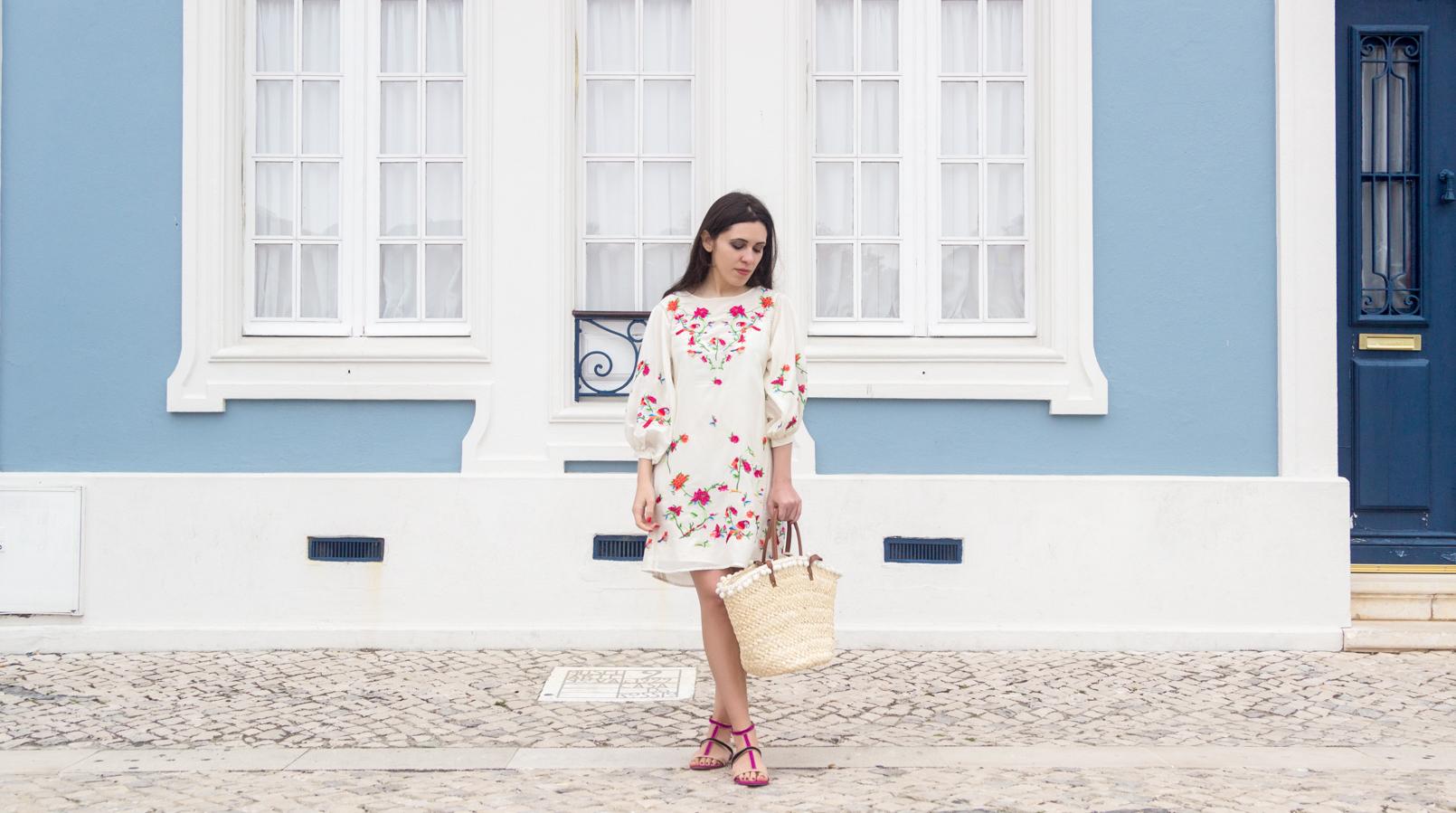 Le Fashionaire Por que é que gostamos tanto da Zara? vestido seda branco zasra bordado passaros rosa tropical flores sandalias roxas purupura pretas camurca zara cesta verga palha primark alcas castanhas 4367F PT