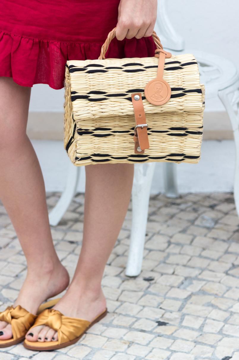 Le Fashionaire Por que é que toda a gente está a usar este vestido vermelho? vestido vermelho linho folhos mango cesta verga preto bege pele toino abel chinelos amarelo torrado laco cetim zara 4511 PT 805x1208