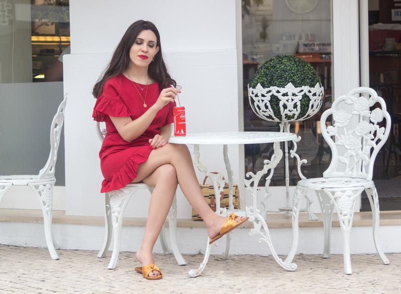 Le Fashionaire Por que é que toda a gente está a usar este vestido vermelho? vestido vermelho linho folhos mango colares dourados chinelos amarelo torrado laco cetim zara coca cola lata esplanada branca 4465 PT 805x589