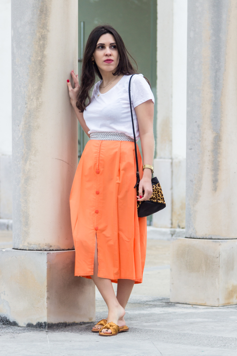 Le Fashionaire Where to shop for vintage clothes? white organic cotton mango tee orange midi front buttons vintage skirt white scarf black slides dark yellow bow zara satin gold rosefield watch 4677 EN 805x1208