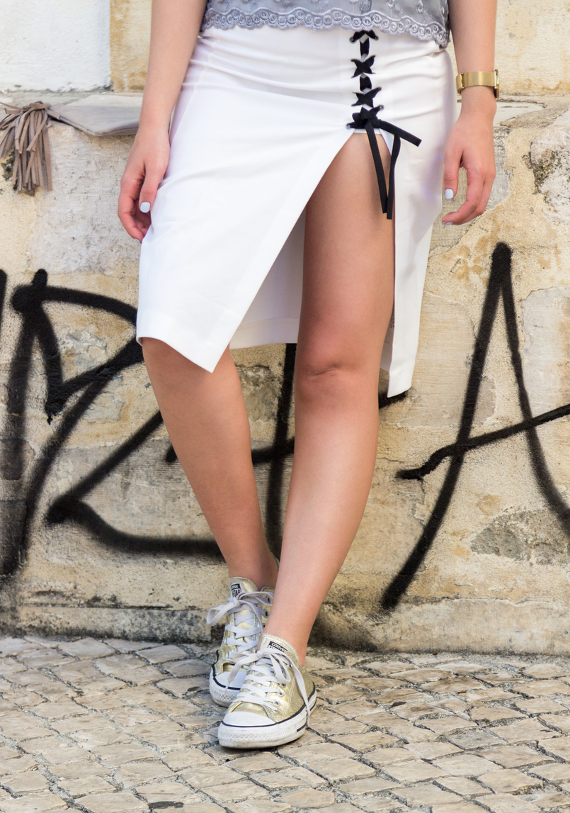 Le Fashionaire How to wear sneakers with pencil skirts white pencil ribbons split black pencil zara skirt all star converse gold 5758 EN 805x1147