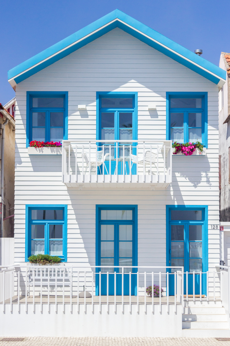 Le Fashionaire Is it easier to be a blogger? window blue house colored stripes vagueira aveiro 5287 EN 805x1208