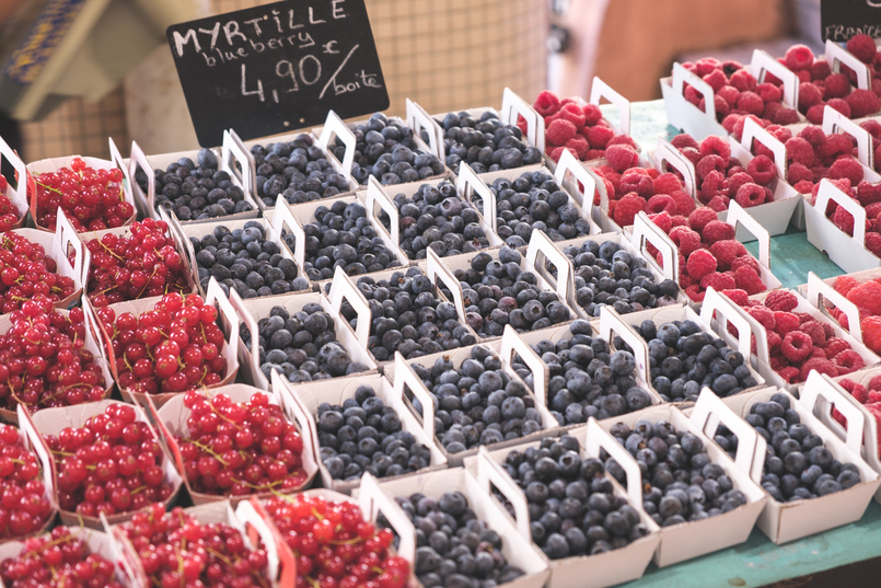 Le Fashionaire 5 essentials to holidays at Côte D' Azur Market blackberries blueberries cannes france 0585 EN 805x537