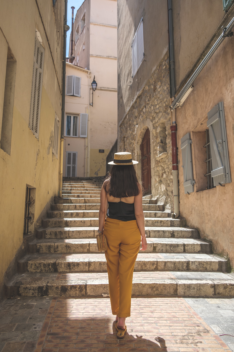 Le Fashionaire 5 essentials to holidays at Côte D' Azur Stairs street alley neighborhood houses silk lace black stradivarius top cannes france 0578 EN 805x1208