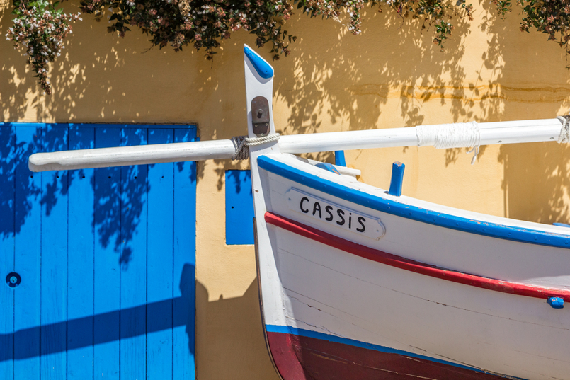 Le Fashionaire Cassis, the picturesque city in South of France blue door white boat 7851 EN 805x537