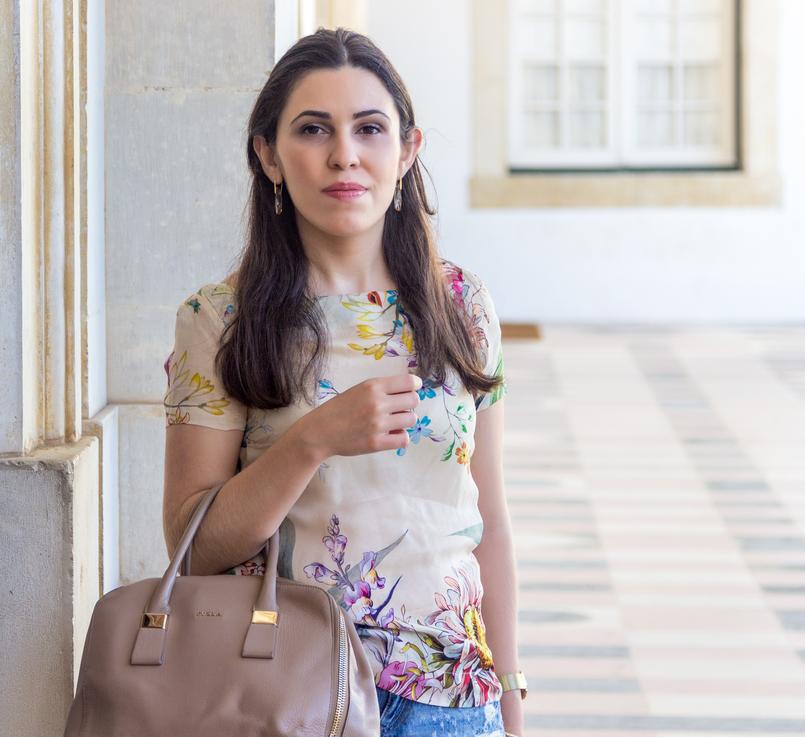 Le Fashionaire Como usar calções de ganga de forma elegante blusa seda flores manga curta zara mala bege furla twiggy 5901 PT 805x737