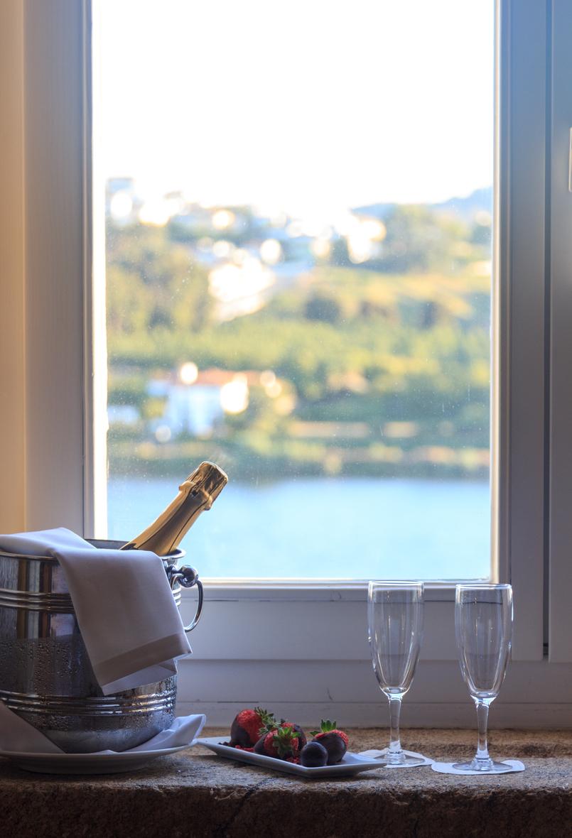 Le Fashionaire Voltámos ao Palácio onde ele me pediu em namoro! champagne copos morangos chocolate janela 7140 PT 805x1180