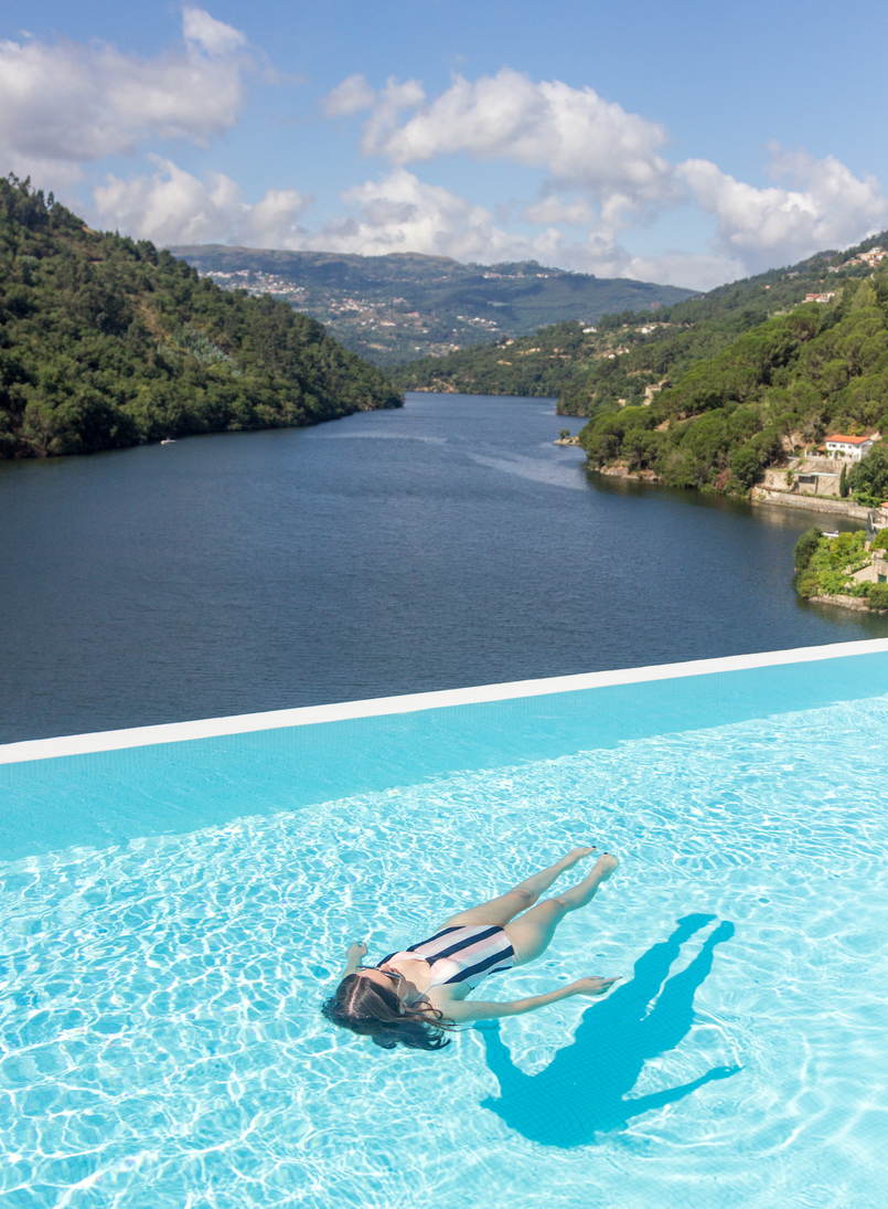 Le Fashionaire I've found paradise near Oporto douro royal valley hotel infinity blue pool stripes black pale pink white womens secret swimsuit 7445 EN 805x1095