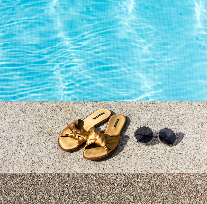Le Fashionaire Descobri um paraíso perto do Porto douro royal valley hotel piscina azul infinita chinelos amarelos lacos cetim zara 7389 PT 805x791