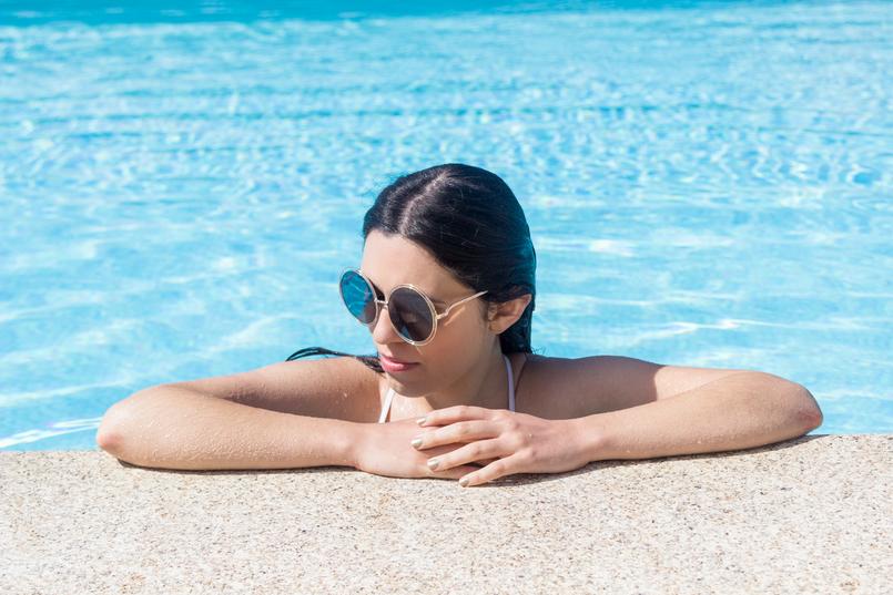 Le Fashionaire Descobri um paraíso perto do Porto douro royal valley hotel piscina azul infinita oculos sol redondos dourados 7457 PT 805x537