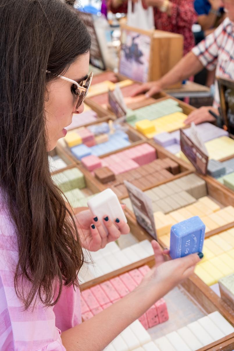Le Fashionaire Porque é tão importante viajar? feira rua sabonetes blogueira catarine martins oculos sol redondos dourados 1179 PT 805x1208