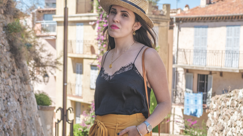 Le Fashionaire 5 essentials to holidays at Côte D' Azur gold world map cinco medallion necklace silver silk lace black stradivarius top dark yellow lefties paperbag trousers silver calvin klein watch 0625F EN 805x450