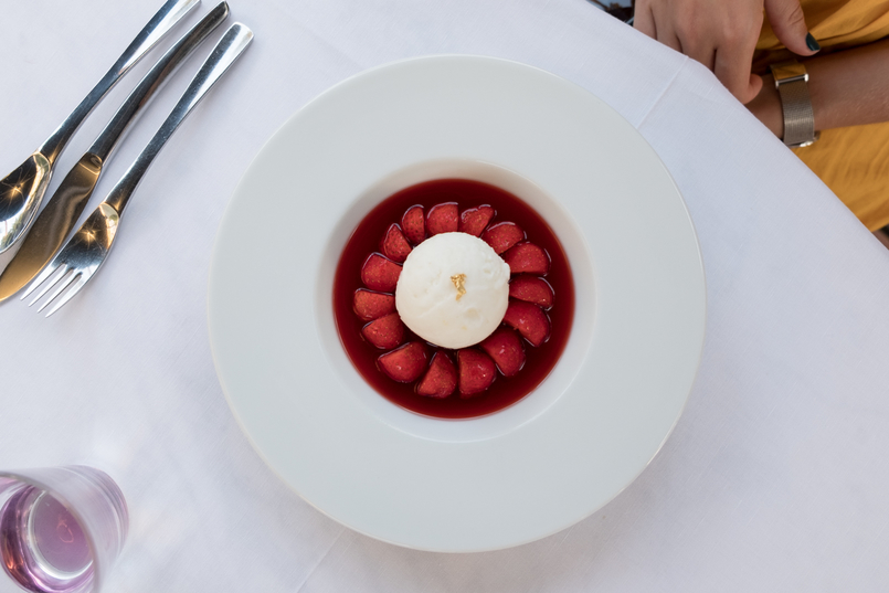 Le Fashionaire All you need to know about dining in Dior Des Lices in Saint Tropez icecream strawberries dessert 0750 EN1 805x537