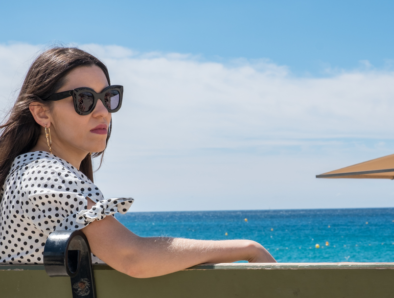Le Fashionaire Cassis, the picturesque city in South of France landscape blue sky sea white black polka dots linen blouse gold spikes mango bold earrings black celine marta sunglasses DSCF0102 EN 805x609